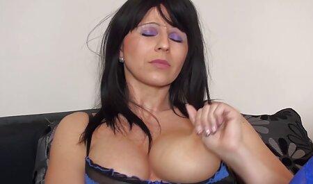 داغ زن لاتین گسترش می یابد پاهای sexحشری او را برای گوشت تیره